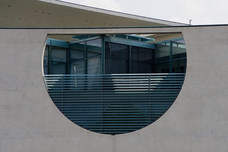 Beispiel von Wetterschutzgittern am Kanzleramt in Berlin