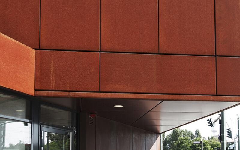 Cortenstahl Fassadenverkleidung mit Beleuchtung