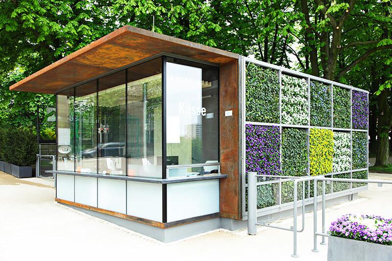 Erste Pflanzenfassade erfolgreich montiert